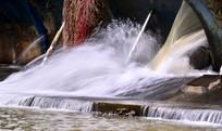 水坝里流动的水