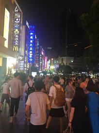 喧闹的城市夜市一条街