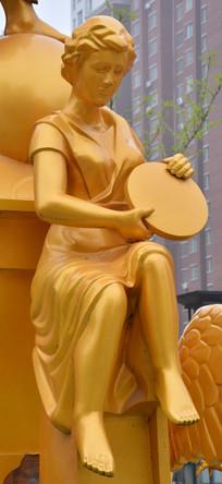 雕像拿盘子的女子