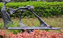 雕像仟细的弹古筝女子