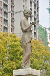 雕像手拿碗的欧洲女子