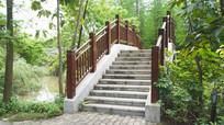 户外园林里的拱桥