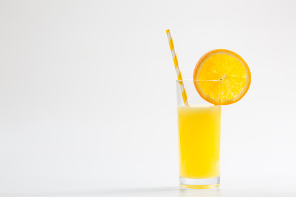 纯色背景的橙汁