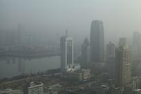 城市大雾笼罩