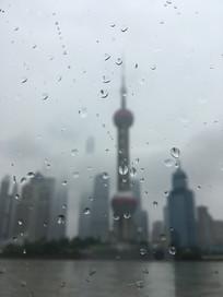 雨幕中玻璃外的东方明珠