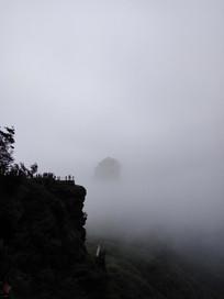 云雾中的山峰