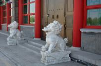古建筑门口的石狮子