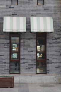 青砖墙上的长条小窗户背景