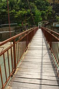 位于重庆巫溪宁厂古镇盐泉的铁索桥