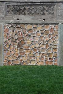 带草地的砖花石块墙