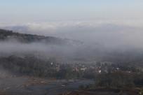 云雾滚滚的村庄