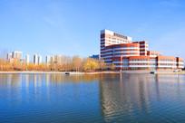 蓝天倒映的蓝色湖水及红色建筑