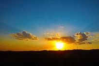 夕阳透过云朵的光芒山脉