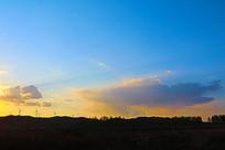 夕阳余晖中的电力风车
