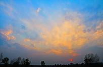 傍晚蓝色天空上的晚霞红日