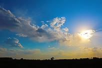 蓝色天幕中亮丽的云彩