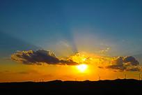 夕阳的光芒与云彩山脉