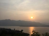 夕阳下的远山