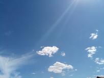 光线里的白云朵图片