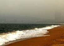 雾中滨海建筑图片