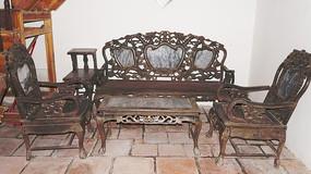 镶上大理石的木家具