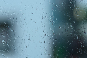 雨中打湿玻璃