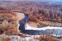 早春冰雪河湾树林风景