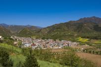 俯拍高山下的农村房子