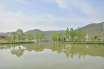 延安西北川公园湖水倒影
