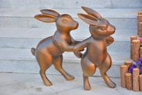 雕塑两只站立的卡通兔