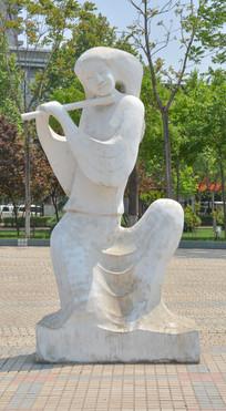雕像吹笛的女子