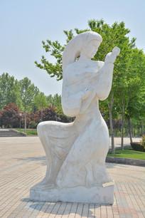 雕像弹琵琶的女子