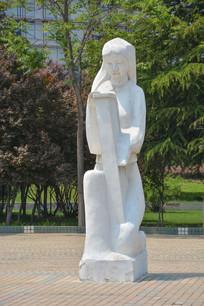 雕像弹琴的女子
