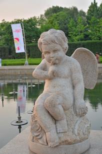 雕像吮手指的小天使