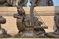 雕像唐代弹古琴乐官