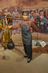 蜡像挑食物的陕北女子