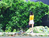 行走中的时尚提包美女背影