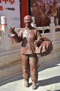 雕像领着篮子的老妇人