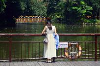 湖泊的挎包美女背影