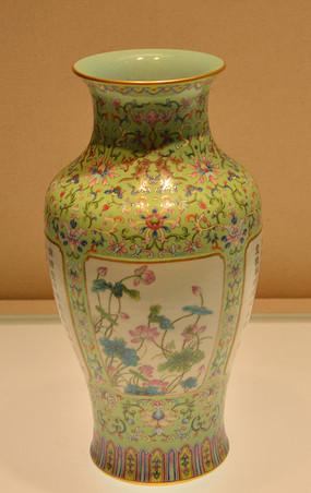 文物绿地粉彩开光花卉诗句纹瓷瓶