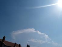 房顶上天空白云阳光