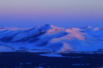 宁静的雪山晨光