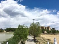 湖边蓝天白云