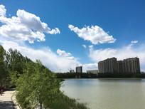 湖上蓝天白云绿树