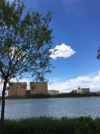 人工湖边蓝天白云