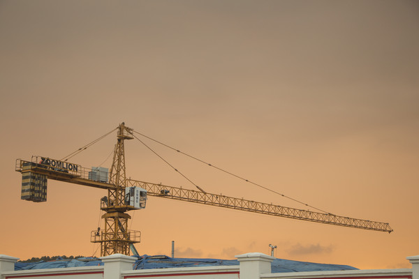 傍晚时分建筑吊塔
