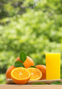 绿色背景下的一杯橙汁竖幅图片
