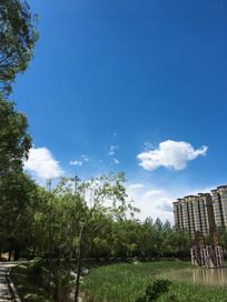 湖边上空蓝天白云