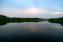 蓝色天空倒影公园风景