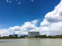 蓝天白云和湖边建筑